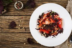 Sallad från tomater med en violett basilika och sörjer muttrar Arkivbilder