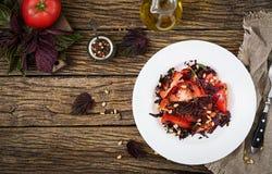 Sallad från tomater med en violett basilika och sörjer muttrar Arkivbild