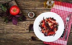 Sallad från tomater med en violett basilika och sörjer muttrar Royaltyfri Fotografi