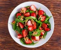 Sallad för muttrar för jordgubbe för spenat för sommarfruktstrikt vegetarian begreppshälsokost Arkivbild