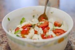 Sallad frukter, grönsaker, tomaten, att äta, vegetariskt sunt som är grönt, mellanmålet, gourmet, näringsämne, bantar Arkivfoton