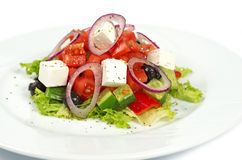 Sallad Grek på en vit bakgrund Medelhavs- med Fetaost, tomater och oliv Royaltyfria Foton