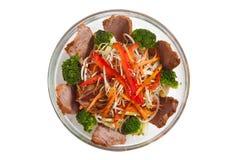 Sallad i en genomskinlig platta med kött och kål Arkivfoto