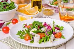 Sallad med ägg för arugula, för tioarmad bläckfisk, för körsbärsröda tomater, lök- och vaktel fotografering för bildbyråer