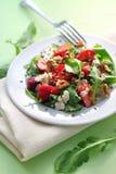 Sallad med arugula, jordgubbar, getost och valnötter Arkivbild