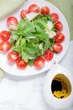 Sallad med arugula, tomater Royaltyfria Foton