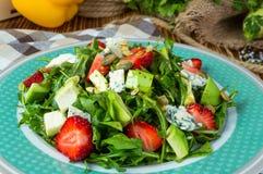 Sallad med avokadot och jordgubben arkivbild