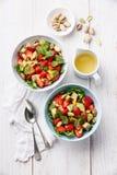 Sallad med avokadot och jordgubben Arkivfoto