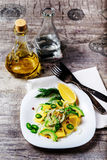 Sallad med avokadot och mango i en platta på en grå bakgrund Arkivfoton