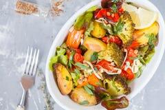 Sallad med bakade grönsaker: potatisar, morötter, peppar och broc Royaltyfri Fotografi