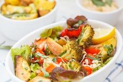 Sallad med bakade grönsaker: potatisar, morötter, peppar och broc Royaltyfri Bild