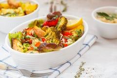 Sallad med bakade grönsaker: potatisar, morötter, peppar och broc Royaltyfria Bilder
