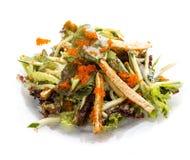 Sallad med buken av lax- och flygfiskfiskromen asiatisk lunch royaltyfri foto