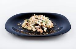 Sallad med champinjoner, potatisar och valnötter Royaltyfri Fotografi