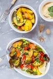 Sallad med den bakade grönsaker och hummusen, bästa sikt Royaltyfria Foton