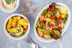Sallad med den bakade grönsaker och hummusen, bästa sikt Fotografering för Bildbyråer