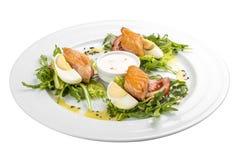 Sallad med den bakade laxen i olivolja med tomater och ägget arkivfoto