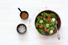 Sallad med den nya grönsallat, arugula, tomater och mozzarellaen Arkivfoton