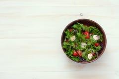 Sallad med den nya grönsallat, arugula, tomater och mozzarellaen Arkivfoto