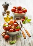 Sallad med den röda tomatkörsbäret arkivfoton