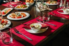 Sallad med det kokta ägget och oliv tjänad som tabell Arkivfoton