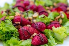 Sallad med grönsallat med den nya jordgubben Royaltyfri Foto
