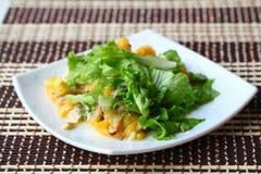 Sallad med höna, apelsiner, honung och mandelar Royaltyfri Bild