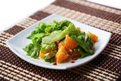 Sallad med höna, apelsiner, honung och mandelar Royaltyfri Fotografi