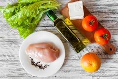 Sallad med höna, grapefrukten, ost och tomater Arkivbilder