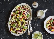 Sallad med havre, bönor, avokadot och tortillan Mexicansk sallad för svart böna På en mörk bakgrund arkivfoton