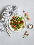 Sallad med jordgubben, ost och muttrar arkivbild