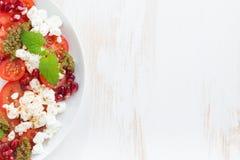 Sallad med keso, tomater, mintkaramellpesto och granatäpplet arkivbilder