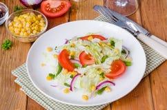 Sallad med kinakål, tomater, havre, haricot vert och löken royaltyfri bild
