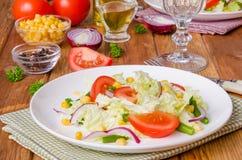 Sallad med kinakål, tomater, havre, haricot vert och löken arkivfoton