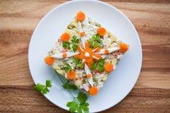 Sallad med kokt höna och grönsaker Arkivfoto