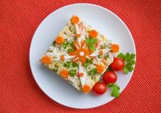 Sallad med kokt höna och grönsaker Arkivbilder