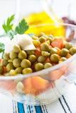 Sallad med kokt morötter och på burka gröna ärtor Arkivbild