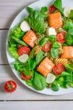 Sallad med laxen och nya grönsaker Arkivfoton