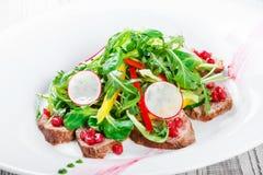 Sallad med nötköttbiff, behandla som ett barn spenat, grönsallat, söt peppar och G Arkivbild