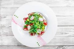 Sallad med nötköttbiff, behandla som ett barn spenat, grönsallat, söt peppar och korn av granatäpplet på träbakgrundsslut upp Fotografering för Bildbyråer