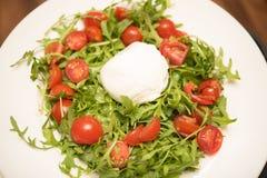 Sallad med ost för körsbärsröda tomater Arkivbild