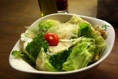 Sallad med ost och tomaten Arkivfoto