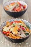 Sallad med peppar, gurka, nötkötttunga arkivbild