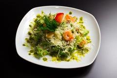 Sallad med räkan och grönsaker Royaltyfria Bilder