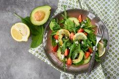 Sallad med spenat, avokadot, jordgubbar, arugula och ost royaltyfri fotografi