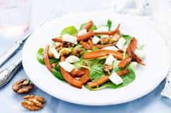 Sallad med spenat, mozzarellaen, valnötter och caramelized morötter Arkivfoto