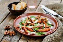 Sallad med spenat, mozzarellaen, valnötter och caramelized morötter Fotografering för Bildbyråer