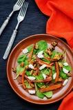 Sallad med spenat, mozzarellaen, valnötter och caramelized morötter Arkivfoton