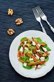 Sallad med spenat, mozzarellaen, valnötter och caramelized morötter Royaltyfri Bild