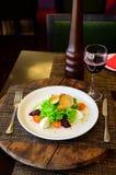 Sallad med tomater, ost, grönsallat och beta royaltyfri foto